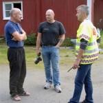 Gudmund Husby samman med Tor Arne Moen og Olav Rønning frå den kommunale brannledelsen. Foto: Jon Olav Ørsal
