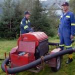 Dan Roger Pedersen og Einar Husby har fått start på pumpa ved Lauvåa Foto: Jon Olav Ørsal