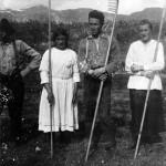 2slåttefolk på brusetsetra fv Tore Bruset, Falløy, Gjerturd Settem, Arne Bruset, Brit Bøe ca 1920