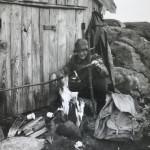 17 Ivar Ness ved naustet på Lauvåfjellet