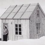 25AstridMyrvang ved hytta til John Myrvang i Kvennåbotnen
