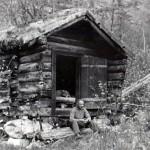 30oh_Kvennhuset ved Neåa, borte i dag. Døra vart eldhusdør på Myrvang. Sigfred Halle 1943