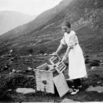 32 Maria H. Øyen med kinna i Kvennsetdalen 1929