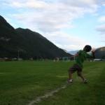 Lars kastar ball. Foto: Marte Talgø