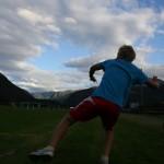 Emil kastar ball. Foto: Marte Talgø