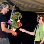 Rektor Dordi Jorunn Halle overrekte blomster til Bjørn Tore Hallem fr TMM Produksjon. Foto: Jon Olav Ørsal
