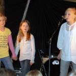 Emma, Oda og Oline song sammen frå scena. Foto: Jon Olav Ørsal
