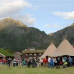 Det har vel aldri vore så mange på Kårvatn. Nærare 350 tok del i preierefesta for 'Fjellgården i Trollheimen'. Foto: Jon Olav Ørsal