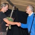 Lars Polden overrekte blomster frå Surnadal kommune til Hallem frå TMM Produksjon. Foto: Jon Olav Ørsal