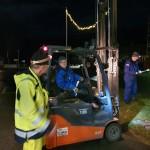 Jostein, Torkjel og Øystein monterer julelys