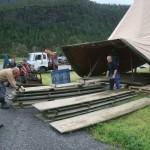 Bygging av scene. Foto: Gudmund Kårvatn