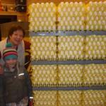 Maren og Maria trillar egg inn på lageret