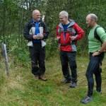 Ålvundeidaingar som studerer naturstien. Magne Nordvik, Rolf Smisetfoss og Hallvard Sanden. Foto: Jon Olav Ørsal