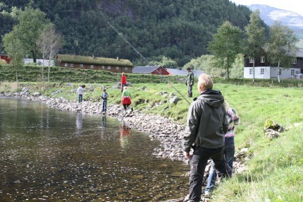 Anders Aune og Kåre Øyen var med og bistod dei som fiske med sluk i Ramsøyhølane.