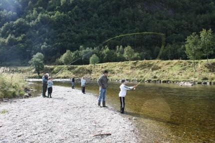 Knut Arne Pedersen, mangeårig fiskar i Toåa, instruerte ungane i fluefiske. Her saman med Frikk Hauglann Talgø. Per Reiten, Thomas Aune, Steffen Aune og Emma Saksen Ulvund bak fra venstre.