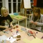 Thea Saksen Ulvund og Emma Saksen Ulvund lager julekort. Foto: Marte Talgø