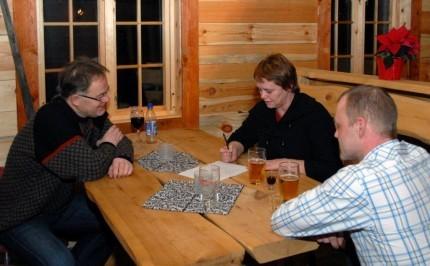 Trakk det lengste stå i quiz-konkurransen og fekk marsipangris i premie. Frå venstre Jon Bruset, Ingrid Kvendset og Bjørn Kvendset.