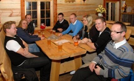 Ungdommar på puben. Frå venstre Sondre Halset, Brit Grønmyr, Frode Grønmyr, Kristen Bruset, Kristen Ørsal, Camilla Rambø, Erlend Halset og Torkjel A. Moe.