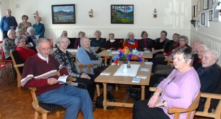Heile gjengen samla i salongen i Sanitetshuset. Kjenner du alle?   Foto: Jon Olav Ørsal
