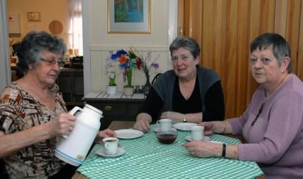 Kokkane for eldremiddagen. Frå venstre Brit Nordvik, Jorunn Ness og Grete Torvik.  Foto: Jon Olav Ørsal