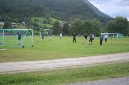 Godt oppmøte på første fotballkveld. Banen måtte utvides for å få med alle på banen. Foto: Ole Petter Talgø