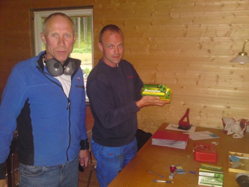Kristian og Bjørn held orden på kontoret.