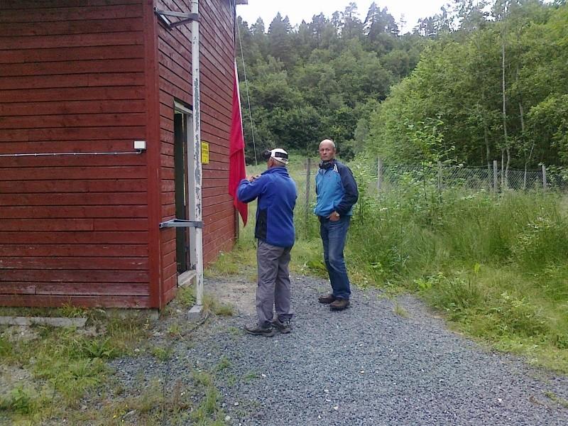 Nils Magne og Magnar tek ned signalflagget.