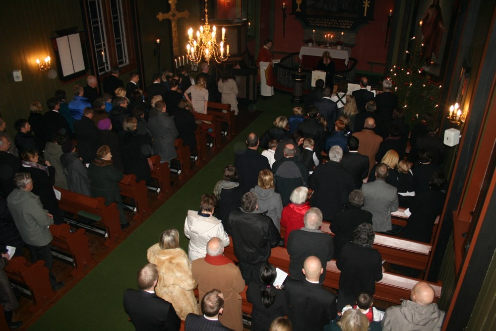 Jula  innleia  av  julegudsteneste