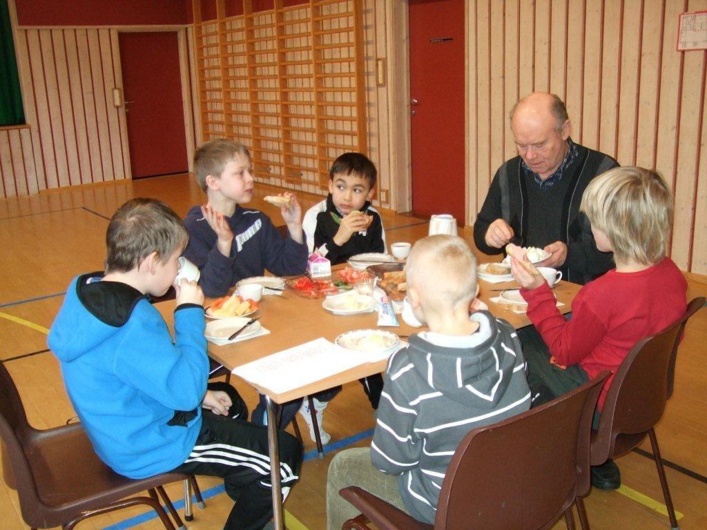"""No  e  sola  kåmma""  –  lunsj  og  solfest  ved  Todalen  oppvekstsenter"