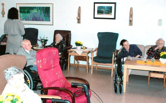 Bilda er plassert i fellesromma på aldersheimen. Foto: Reidar Østvik