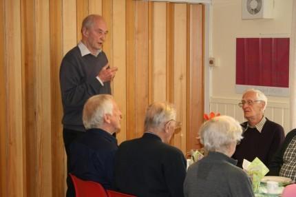 Martinus Torvik ønska velkommen til bords.