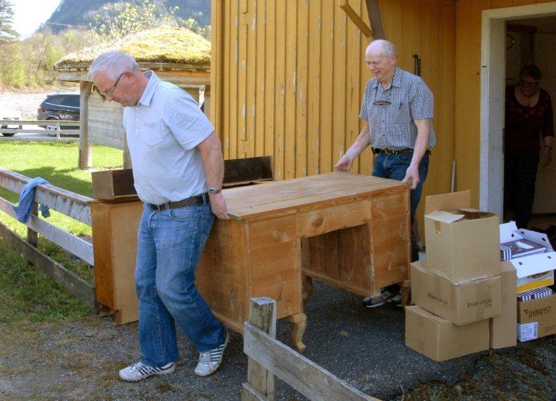John Moe og Svein Åge Saksen igang med flyttinga.  Foto: Jon Olav Ørsal