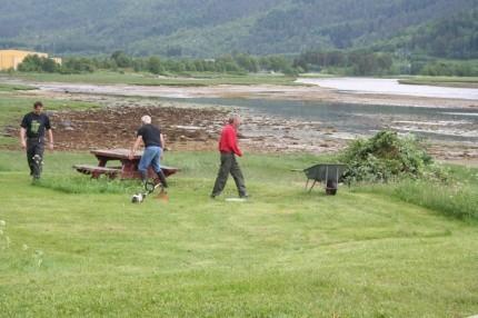Nils Ove Bruset, Gudmund I Kvendset og Per Reiten ryddar området ved badestranda til ein ny sesong.