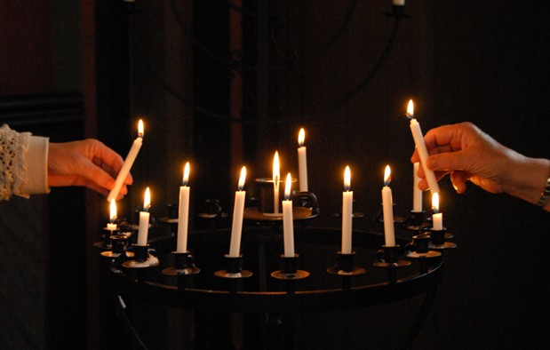Tente  lys  i  kyrkja
