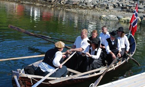 Med  kirkebåt  fra  Nordvik  til  Stangvika