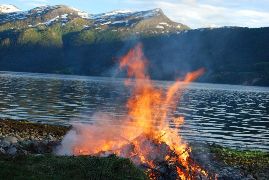 St  Hans  på  Nordvik  –  koste  seg  i  finværet.
