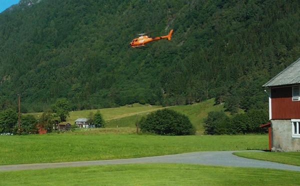 Inspiserte kraftlina med helikopter