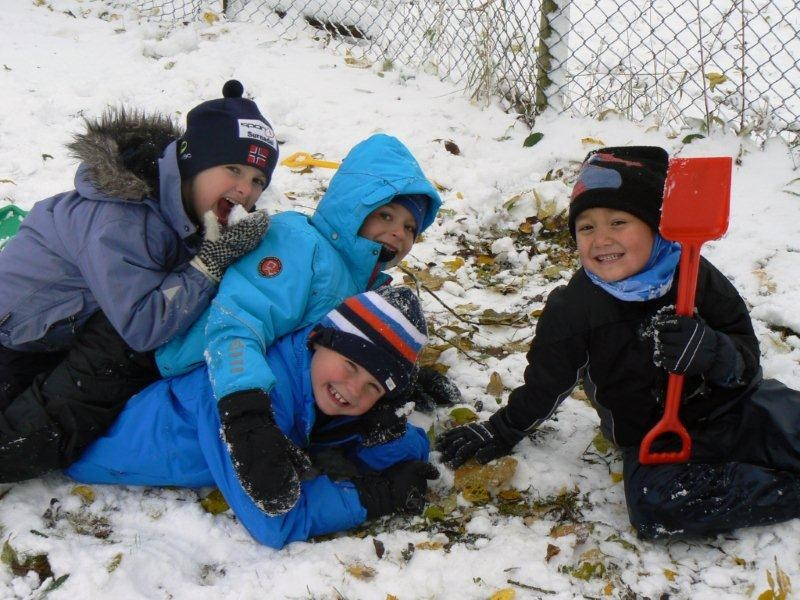 Stor  stas  med  snø  for  skuleborna