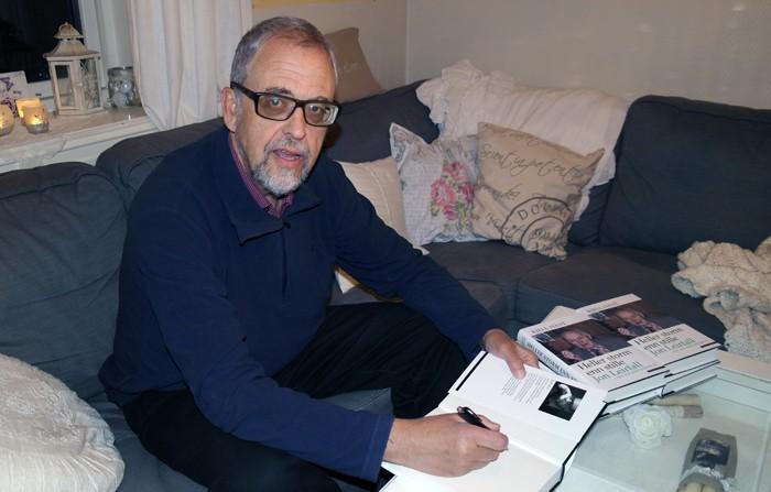 Boka  om  Jon  Leirfall  –  forfattaren  signerer
