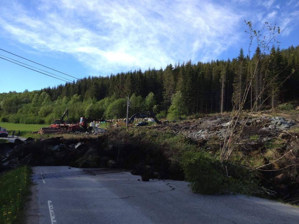 Leirras  sperrar  vegen  i  Ålvundfjorden