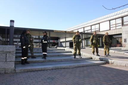 Heimevernet tok over sikring av kommunehuset frå politiet.