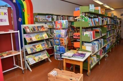 Stort utvalg i bøker på Biblioteket, men finn også lydbøker, CD'ar og videoar. Foto: Jon Olav Ørsal