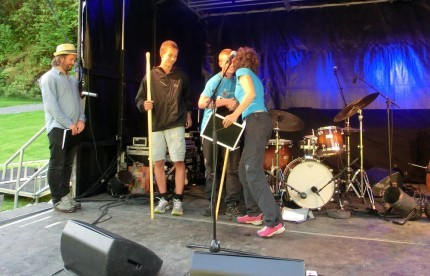 Styreleiar i Norsk Vandrefestival, Ragnhild Godal Tunheim, deler ut prisen for årets æresvandrarar til Håkon Vang Aas og Bersven Røkkum.