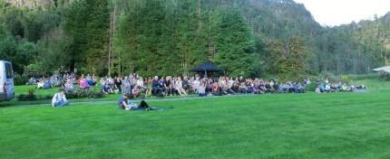 Meir enn 300 hundre var i Svinvika for å høyre på Valkyrien Allstars.