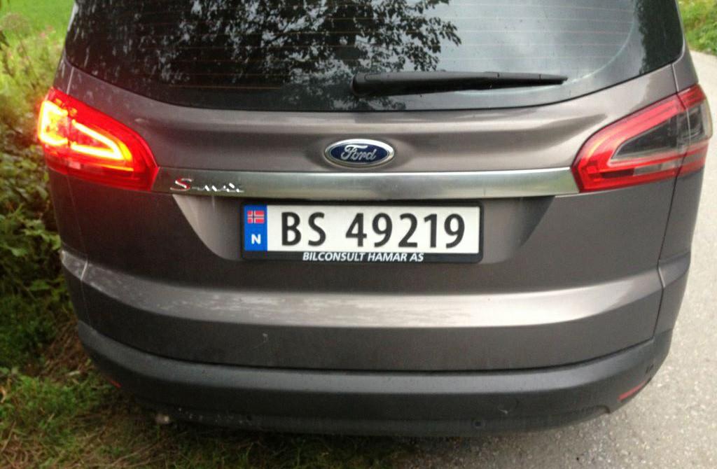 Bil med lyset på parkeringsplassen i Svinvika