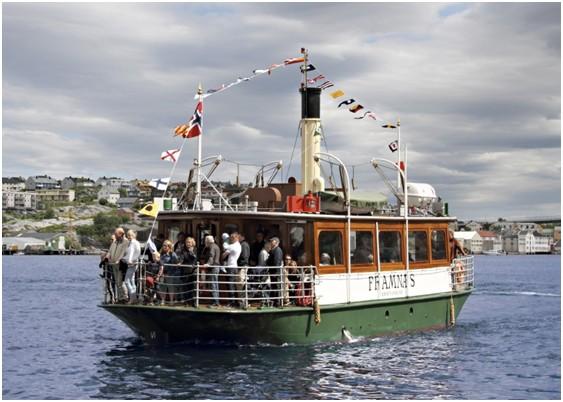 Fjordliv  med  kyrkjebåtroing  og  sundbåt-cruise  i  Bøfjorden