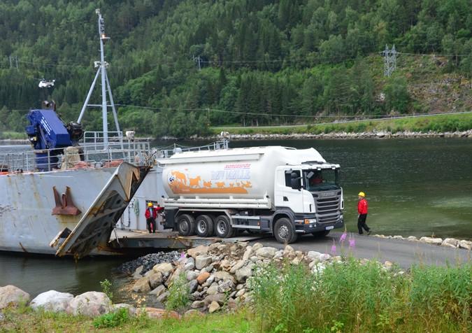 Landgangsfartyet Maursund var til stor hjelp dei første dagane, men det kosta nok pengar!  Arkivfoto: Jon Olav Ørsal