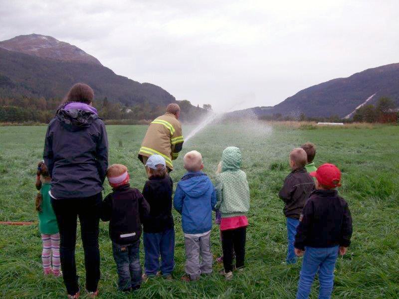 Brannmenn  på  besøk  i  barnehagen