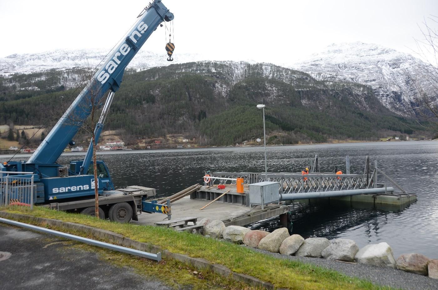 Ferjelemmen var demontert og ei mobilkran lasta elementa på semitraller.   Foto: Jon Olav Ørsal