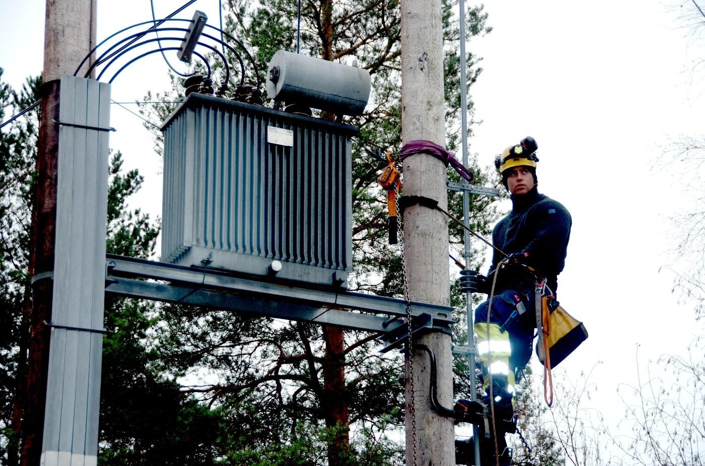 Arkivbilde: Kim Kristensen frå Surnadal jobber med montering av fiberkabel inn til Todalen.  Foto: Jon Olav Ørsal